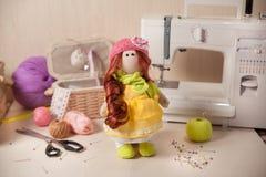 Χειροποίητη κούκλα στον εργασιακό χώρο Στοκ εικόνες με δικαίωμα ελεύθερης χρήσης