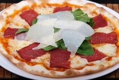 χειροποίητη πίτσα Στοκ φωτογραφία με δικαίωμα ελεύθερης χρήσης
