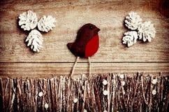 Χειροποίητος από το αισθητό πουλί Robin στο ξύλινο υπόβαθρο Τέχνη arrang Στοκ Φωτογραφία