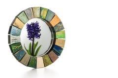 Χειροποίητος καθρέφτης σε ένα ξύλινο τονισμένο πλαίσιο και μια αντανάκλαση του υάκινθου λουλουδιών σε ένα γυαλί Στοκ φωτογραφία με δικαίωμα ελεύθερης χρήσης