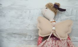 Χειροποίητος ξανθός άγγελος παιχνιδιών στο κόκκινο αρτοποιείο φορεμάτων δαντελλών Στοκ φωτογραφίες με δικαίωμα ελεύθερης χρήσης