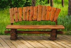 Χειροποίητος ξύλινος πάγκος σε ένα πράσινο πάρκο Στοκ Εικόνα