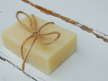 Χειροποίητος bath spa φραγμός σαπουνιών στο εκλεκτής ποιότητας ξύλινο υπόβαθρο Παραγωγή σαπουνιών SPA, φροντίδα δέρματος Στοκ φωτογραφία με δικαίωμα ελεύθερης χρήσης