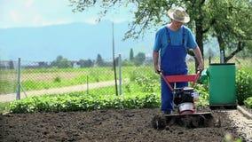 Χειροποίητο άτομο που καλλιεργεί το έδαφος σε σε αργή κίνηση απόθεμα βίντεο