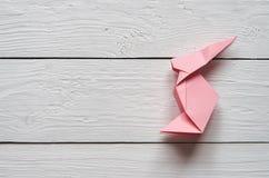 Χειροποίητο λαγουδάκι origami εγγράφου στο άσπρο σανίδων υπόβαθρο πινάκων σιταποθηκών ξύλινο Στοκ Φωτογραφίες