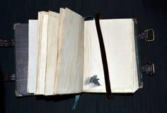 Χειροποίητο αρχαίος-κοίταγμα σημειωματάριο με ένα κοράκι σε μια χαμηλότερη αριστερή γωνία Στοκ Φωτογραφίες