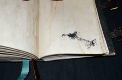 Χειροποίητο αρχαίος-κοίταγμα σημειωματάριο με ένα κοράκι σε μια χαμηλότερη αριστερή γωνία Στοκ εικόνα με δικαίωμα ελεύθερης χρήσης