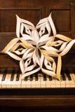 Χειροποίητο αστέρι εγγράφου Χριστουγέννων στο πιάνο στοκ εικόνες