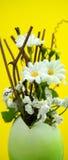 Χειροποίητο αυγό Πάσχας με τα λουλούδια Στοκ εικόνα με δικαίωμα ελεύθερης χρήσης