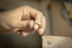 Χειροποίητο γαμήλιο δαχτυλίδι από το βιοτέχνη χρυσοχόων Στοκ φωτογραφίες με δικαίωμα ελεύθερης χρήσης