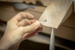Χειροποίητο γαμήλιο δαχτυλίδι από το βιοτέχνη χρυσοχόων Στοκ Φωτογραφία