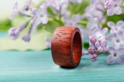 Χειροποίητο για άνδρες και για γυναίκες δαχτυλίδι από το κόκκινο ξύλο padauk στοκ εικόνα