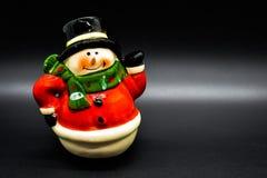 Χειροποίητο ειδώλιο χιονανθρώπων που απομονώνεται στο μαύρο υπόβαθρο τα Χριστούγεννα διακοσμούν τις φρέσκες βασικές ιδέες διακοσμ στοκ φωτογραφία με δικαίωμα ελεύθερης χρήσης