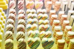 Χειροποίητο ζωηρόχρωμο γλυκό σοκολάτας, υπόβαθρο Στοκ Φωτογραφία