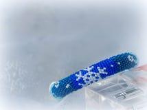 Χειροποίητο διακοσμημένο με χάντρες βραχιόλι με την εικόνα snowflakes Στοκ εικόνες με δικαίωμα ελεύθερης χρήσης