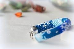 Χειροποίητο διακοσμημένο με χάντρες βραχιόλι με την εικόνα snowflakes Στοκ εικόνα με δικαίωμα ελεύθερης χρήσης