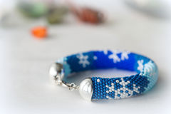 Χειροποίητο διακοσμημένο με χάντρες βραχιόλι με την εικόνα snowflakes Στοκ Εικόνες