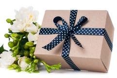 Χειροποίητο κιβώτιο με το δώρο Στοκ Φωτογραφίες