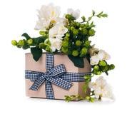 Χειροποίητο κιβώτιο με το δώρο Στοκ φωτογραφία με δικαίωμα ελεύθερης χρήσης