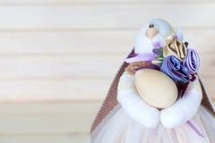 Χειροποίητο κορίτσι κουνελιών που κρατά ένα καλάθι με τα αυγά Πάσχας Άσπρο wo στοκ εικόνα