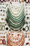 Χειροποίητο κόσμημα, περιδέραια, βραχιόλια και σκουλαρίκια Στοκ Εικόνα