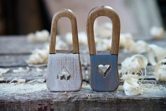 Χειροποίητο ξύλινο παιχνίδι λουκέτων Στο ξύλινο υπόβαθρο με τα ξύλινα ξέσματα Όμορφη κλειδαρότρυπα με μορφή των καρδιών και Στοκ φωτογραφία με δικαίωμα ελεύθερης χρήσης