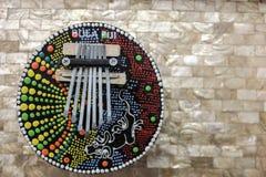 Χειροποίητο πιάνο καρύδων που απομονώνεται σε ένα υπόβαθρο μαργαριταριών fijian βιοτεχνία στοκ φωτογραφία με δικαίωμα ελεύθερης χρήσης