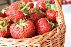 Χειροποίητο πλεγμένο ψάθινο καλάθι με τις φράουλες στοκ εικόνες