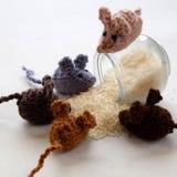 Χειροποίητο προϊόν ποντικιών, πλεκτοί αρουραίοι Στοκ Φωτογραφία