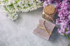 Χειροποίητο σαπούνι, βάζο γυαλιού με το ευώδες πετρέλαιο και ιώδη λουλούδια για τη SPA και aromatherapy Στοκ Εικόνες