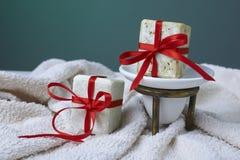 Χειροποίητο σαπούνι ελιών με το κλαδί ελιάς και μια πετσέτα, ως δώρο. Στοκ Εικόνες