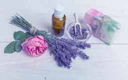 Χειροποίητο σαπούνι με τα εξαρτήματα λουτρών και SPA Ξηρό lavender και νοσταλγικός ρόδινος αυξήθηκαν Στοκ Εικόνες