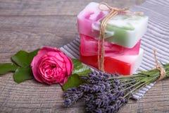 Χειροποίητο σαπούνι με τα εξαρτήματα λουτρών και SPA Ξηρό lavender και νοσταλγικός ρόδινος αυξήθηκαν Στοκ φωτογραφία με δικαίωμα ελεύθερης χρήσης