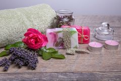 Χειροποίητο σαπούνι με τα εξαρτήματα λουτρών και SPA Ξηρό lavender και νοσταλγικός ρόδινος αυξήθηκαν Στοκ φωτογραφίες με δικαίωμα ελεύθερης χρήσης