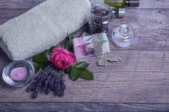 Χειροποίητο σαπούνι με τα εξαρτήματα λουτρών και SPA Ξηρό lavender και νοσταλγικός ρόδινος αυξήθηκαν Στοκ Φωτογραφία
