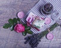 Χειροποίητο σαπούνι με τα εξαρτήματα λουτρών και SPA Ξηρό lavender, oregano και νοσταλγικός ρόδινος αυξήθηκαν Στοκ Εικόνες