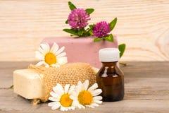 Χειροποίητο σαπούνι Chamomile και τριφυλλιού και ουσιαστικό πετρέλαιο στο μικρό μπουκάλι στοκ φωτογραφία με δικαίωμα ελεύθερης χρήσης