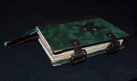 Χειροποίητο σημειωματάριο που φαίνεται αρχαία, πλάγια όψη Στοκ φωτογραφίες με δικαίωμα ελεύθερης χρήσης