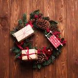 Χειροποίητο στεφάνι Χριστουγέννων σύνθεσης Χριστουγέννων με το κιβώτιο δώρων επάνω Στοκ Εικόνες