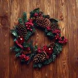 Χειροποίητο στεφάνι Χριστουγέννων σύνθεσης Χριστουγέννων στο ξύλινο backgr Στοκ Εικόνα