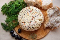 Χειροποίητο τυρί με τις ελιές και τα χορτάρια Στοκ εικόνα με δικαίωμα ελεύθερης χρήσης