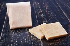 Χειροποίητο φυσικό σαπούνι στη συσκευασία εγγράφου τεχνών Στοκ φωτογραφίες με δικαίωμα ελεύθερης χρήσης