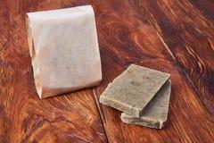 Χειροποίητο φυσικό σαπούνι στη συσκευασία εγγράφου τεχνών Στοκ εικόνες με δικαίωμα ελεύθερης χρήσης