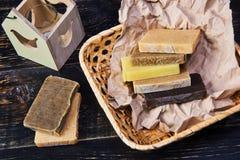 Χειροποίητο φυσικό σαπούνι στη συσκευασία εγγράφου τεχνών Στοκ εικόνα με δικαίωμα ελεύθερης χρήσης