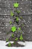 Χειροποίητο χριστουγεννιάτικο δέντρο με την πράσινη διακόσμηση αισθητός Στοκ Φωτογραφίες