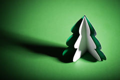 Χειροποίητο χριστουγεννιάτικο δέντρο που αποκόπτει από το έγγραφο Στοκ Εικόνες