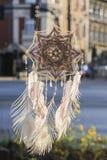 Χειροποίητο catcher ονείρου ματιών Θεών ` s mandala με τον άσπρο άθλο peacock στοκ φωτογραφία