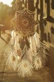 Χειροποίητο catcher ονείρου ματιών Θεών ` s mandala με τον άσπρο άθλο peacock στοκ εικόνες