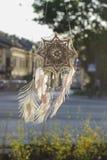 Χειροποίητο catcher ονείρου ματιών Θεών ` s mandala με τον άσπρο άθλο peacock στοκ εικόνα