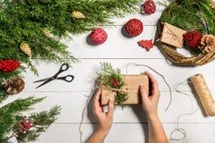 Χειροποίητο diy υπόβαθρο Χριστουγέννων Παραγωγή του στεφανιού και των διακοσμήσεων Χριστουγέννων τεχνών Τοπ άποψη του άσπρου ξύλι Στοκ Εικόνες
